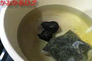 鉄玉子とお茶っぱを一緒にいれた写真(サビを取る方法)